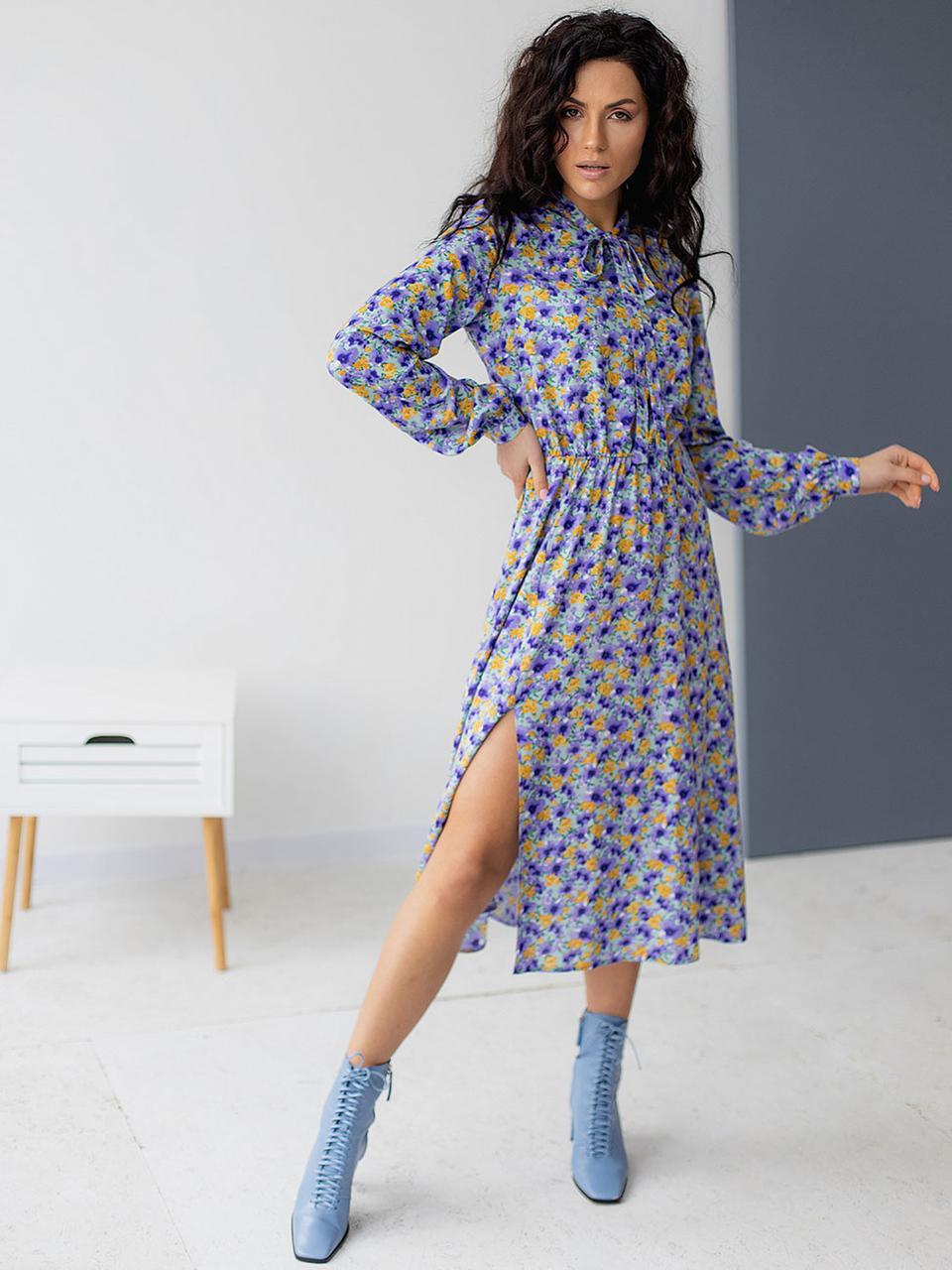 Лавандовое весеннее женское платье длины миди