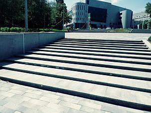 На сходах центрального входу парку Зеленый Гай виконан їх обігрів компанією Стройіндустрія Дніпро.