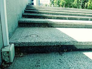 На сходах парка встановлено обігрів нагрівательним кабелем Nexans (Норвегія), на фото ми бачимо Датчик температури та вологи для грунта, який регулює роботу системи обігріва спільно з контролером ProfiTherm  К-2 (виробництва Україна)