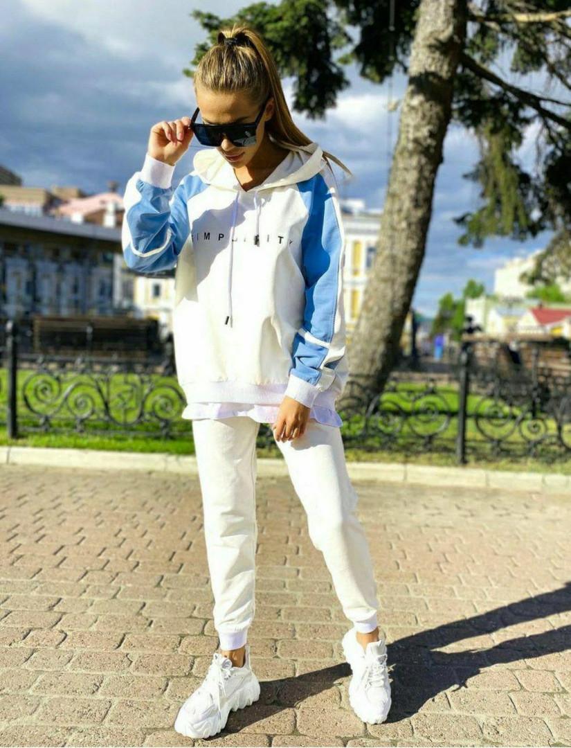 Женский весенний стильный спортивный  костюм со свободным удлиненным батником белый голубой