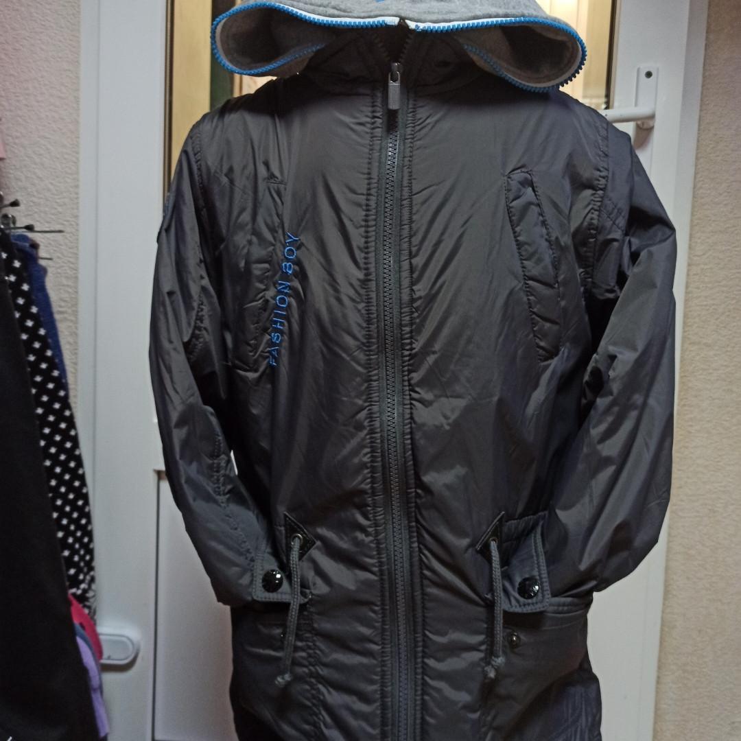 Куртка модная нарядная красивая оригинальная демисезонная серого цвета с трикотажным капюшоном.