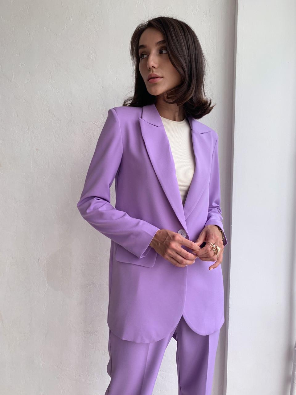 Женский стильный брючный костюм с удлиненным пиджаком Разные цвета