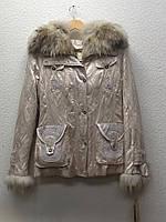 Куртка пихора с капюшоном и пышными мехами светлая