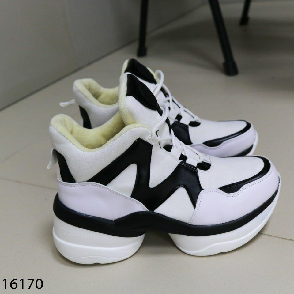 Женские кроссовки з мехо чорно білого кольору на платформі