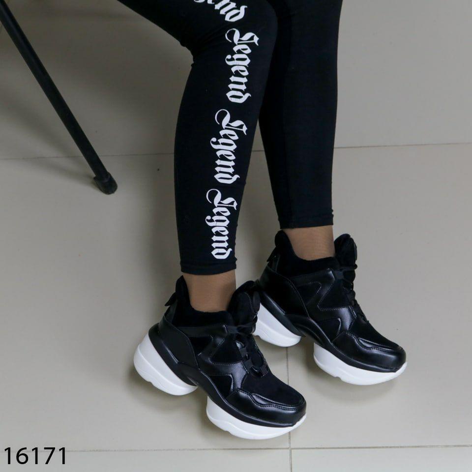 Женские кроссовки чорного кольору з білою підошвою на платформі