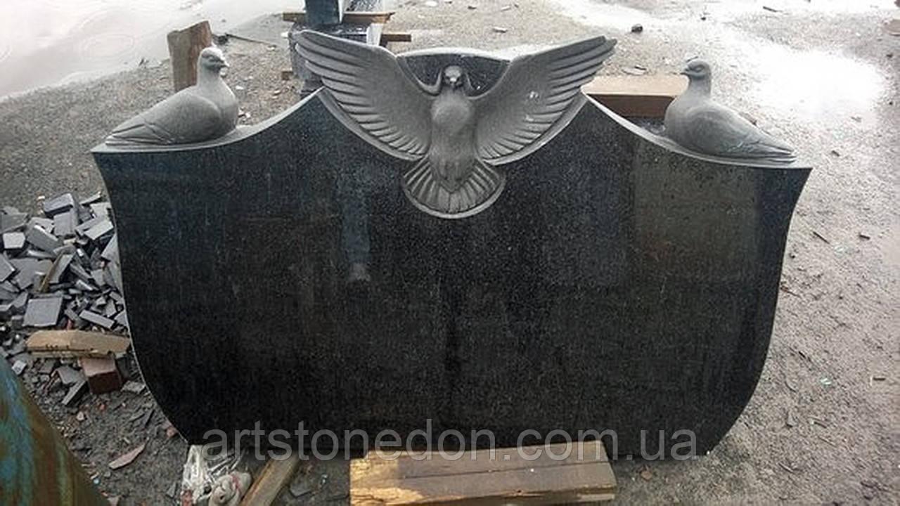 Памятник двойной с голубями