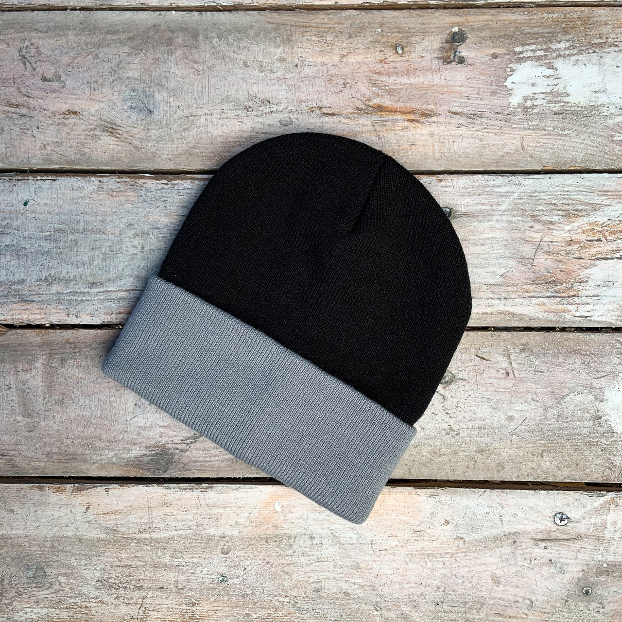 Чорна шапка з сірим підворотом