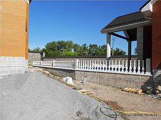 Здесь была использована белая балюстрада, созданная по технологии мрамор из бетона. Она не требует дополнительной   покраски и шпаклевки. Срок службы более 25 лет под открытым небом.