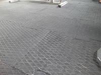 Производство цельнолитой резиной плитки.