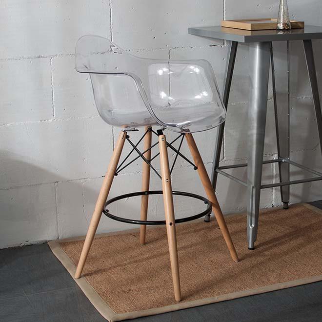 Полубарный стілець з білим пластиковим сидінням та ніжками під дерево