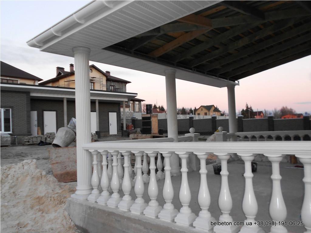 В этой работе используется белая балюстрада с колоннами выполненные по технологии мрамор из бетона.  Срок службы    не менее 25 лет под открытым небом. Наши балясины и балюстрады обладают высокой прочностью и плотность.