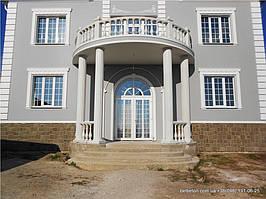 Здесь используется белая балюстрада с балясинами выполненные по технологии мрамор из бетона.  Срок службы  не   менее 25 лет под открытым небом. Наши балясины и балюстрады обладают высокой прочностью и плотность.