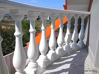 В этом проекте используется белая балюстрада с классическими тумбами, выполненные по технологии мрамор из бетона.  Гарантированный срок службы  не менее 25 лет под открытым небом. Наши балясины и балюстрады обладают высокой прочностью и плотность