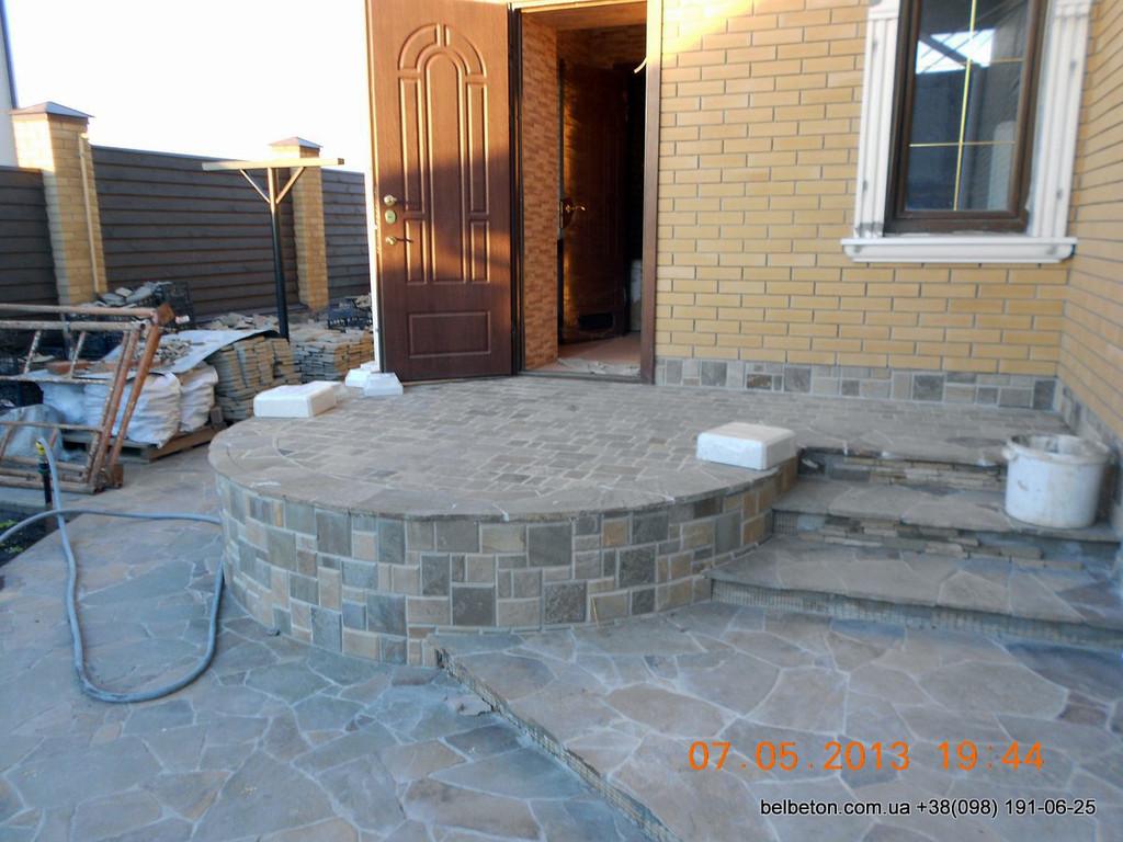В данном проекте используется белая балюстрада с тумбами, выполненные по технологии мрамор из бетона.  Гарантированный срок службы  не менее 25 лет под открытым небом. Наши балясины и балюстрады обладают высокой прочностью и плотность.