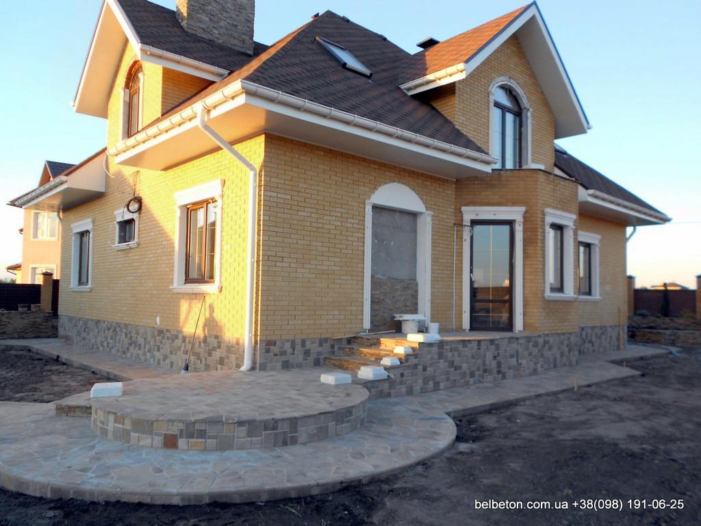 В этом проекте используется белая балюстрада с квадратными тумбами, выполненные по технологии мрамор из бетона.  Гарантированный срок службы  не менее 25 лет под открытым небом. Наши балясины и балюстрады обладают высокой прочностью и плотность.