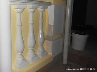 В данном проекте используется белая балюстрада с полубалясинами, выполненные по технологии мрамор из бетона.    Гарантированный срок службы  не менее 25 лет под открытым небом. Наши балясины и балюстрады обладают высокой   прочностью и плотность.