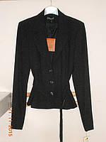 Черный костюм с поясом на пиджаке