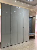 Шкаф распашной с глянцевыми фасадами мдф в прихожую с мягкой сидушкой и сборной стенпанелью.