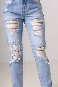 Сине-голубые джинсы с жемчугом и потертостями на коленях со средней  посадкой в размерах: S, M, L.