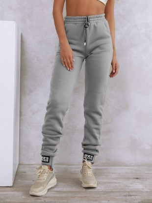 Светло-серые теплые штаны с нашивками на манжетах