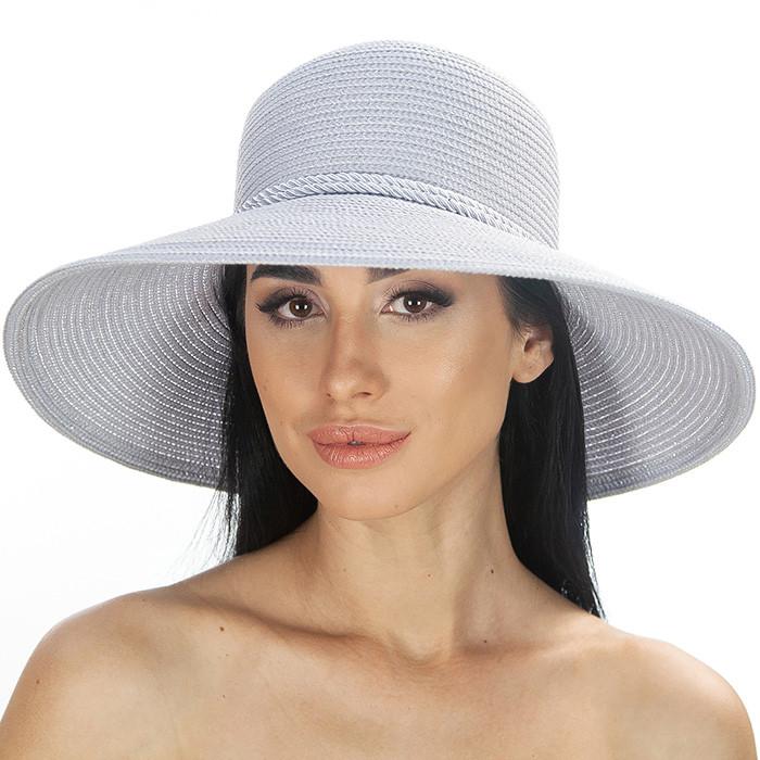 Серая летняя шляпа средние поля украшена шнурком