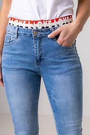 Приталенные голубые джинсы на резинке  со средней  посадкой в размерах: S, M, L, XL.