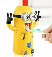Автоматический держатель для двух зубных щеток дозатор детский для зубной пасты Миньон.