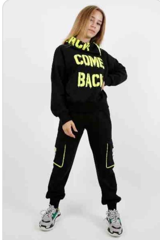 Костюм спортивный супермодный красивый нарядный оригинальный чёрного цвета с яркими надписями для девочки.