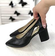 Класичні гостроносі туфлі чорного кольору
