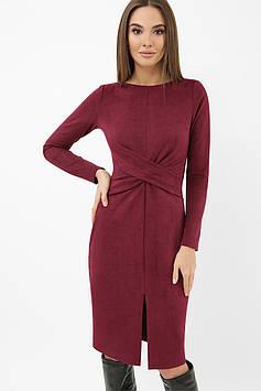 Элегантное замшевое платье-футляр с драпировкой | длинный рукав | бордовый