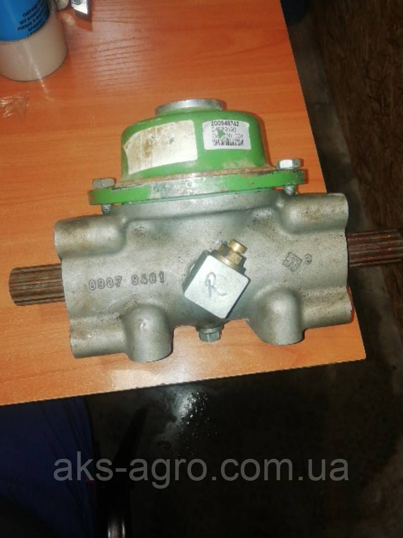 Редуктор чистильника правий 200948742 з механізмом вільного ходу KRONE