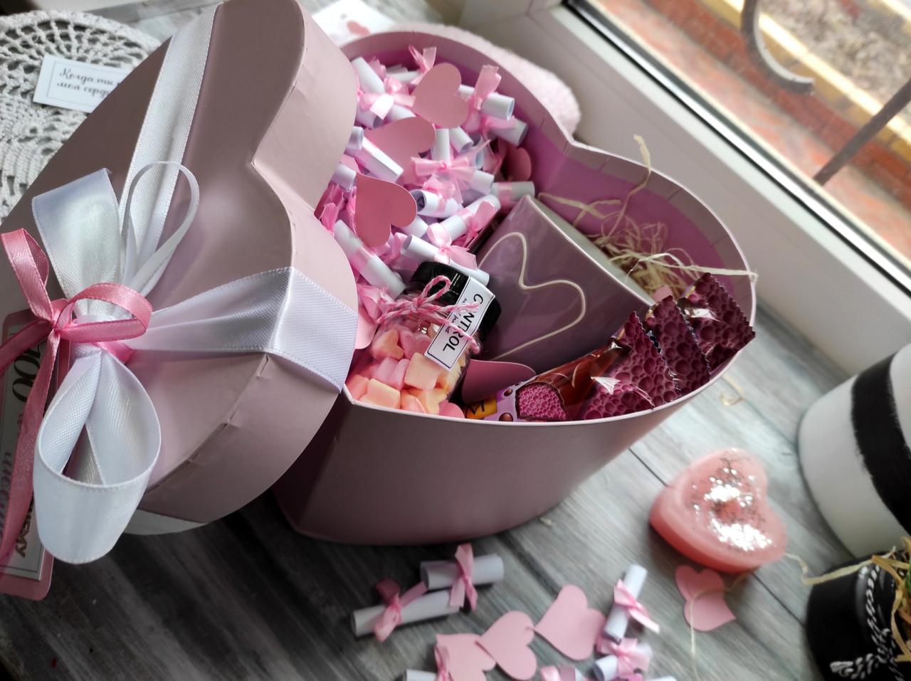 Коробка 100 причин кохання з сувенирами и солодощами
