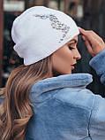 Стильная вязаная шапка-колпак двойная с аппликацией из камней цвет сиреневый, фото 5