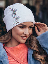 Стильна вязана шапка-ковпак подвійна з аплікацією з каменів колір білий