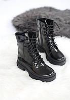 Высокие кожаные лаковые женские ботинки черного цвета на байке