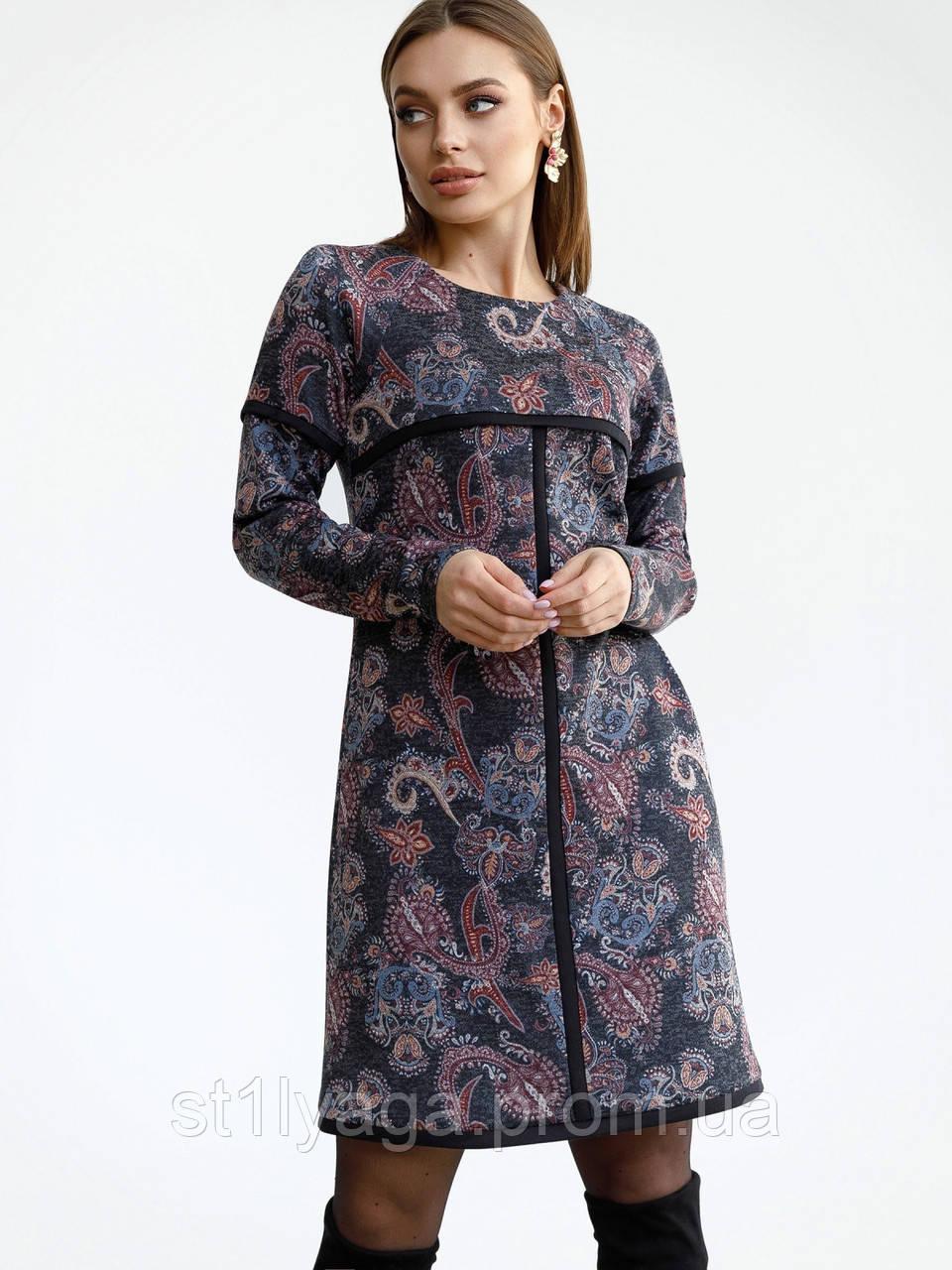 Повседневное платьетрапеция с контрастной тесьмой на полочке и рукавах