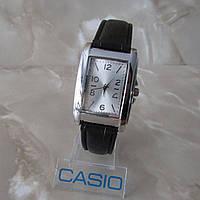 Красивые прямоугольные женские часы на черном ремешке.
