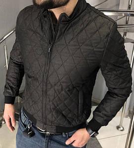 Чоловіча тепла куртка, застібається на змійку з двома бігунками і фіксується кнопками. Колір - чорний.