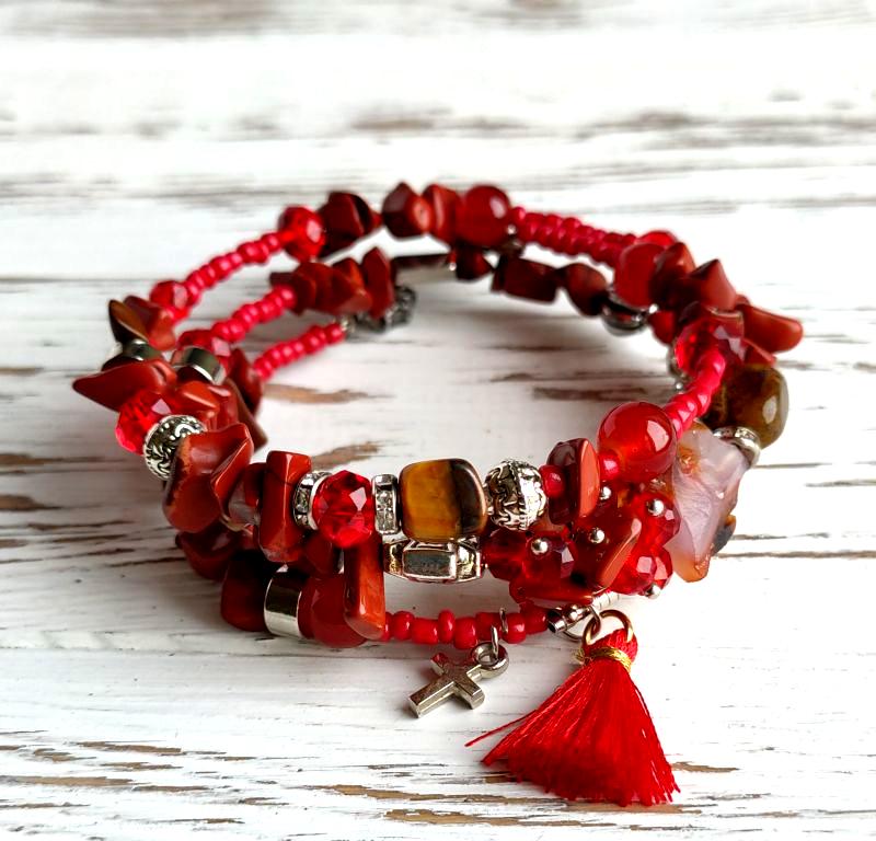 Браслет пружина красный из сердолика, красной яшмы, тигрового  глаза и декоративных бусин