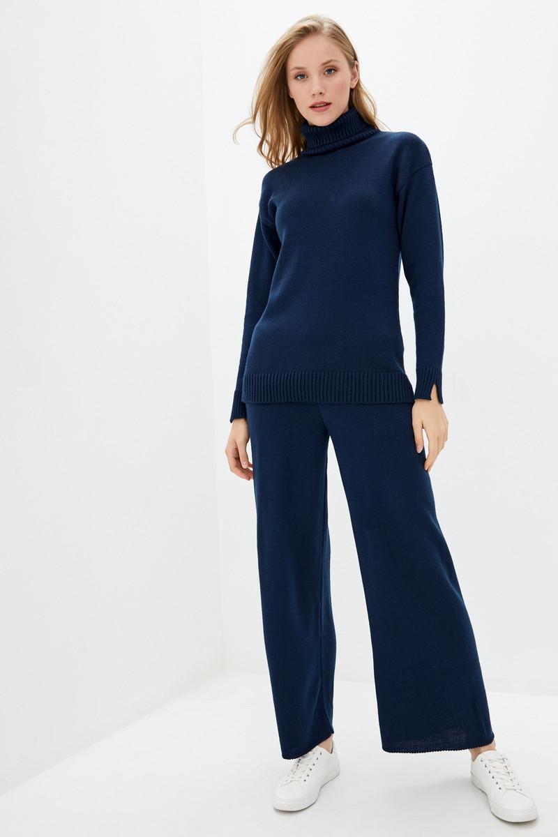 Женский вязаный костюм из пряжи с содержанием шерсти. Размер 42-44, 46-48. Цвет темно-синий.