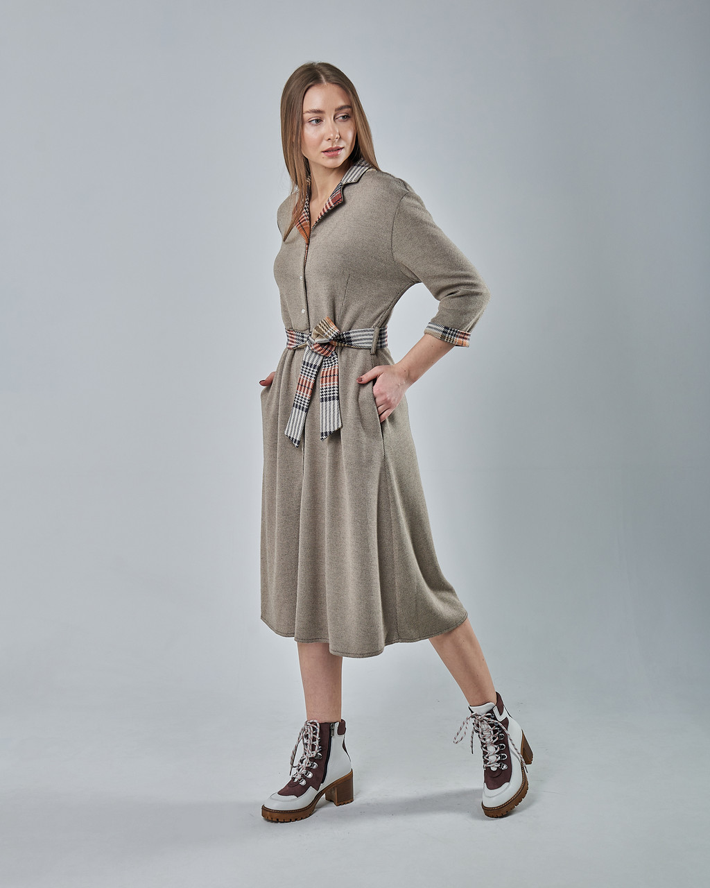 Трикотажное платье-рубашка с поясом бежевое.