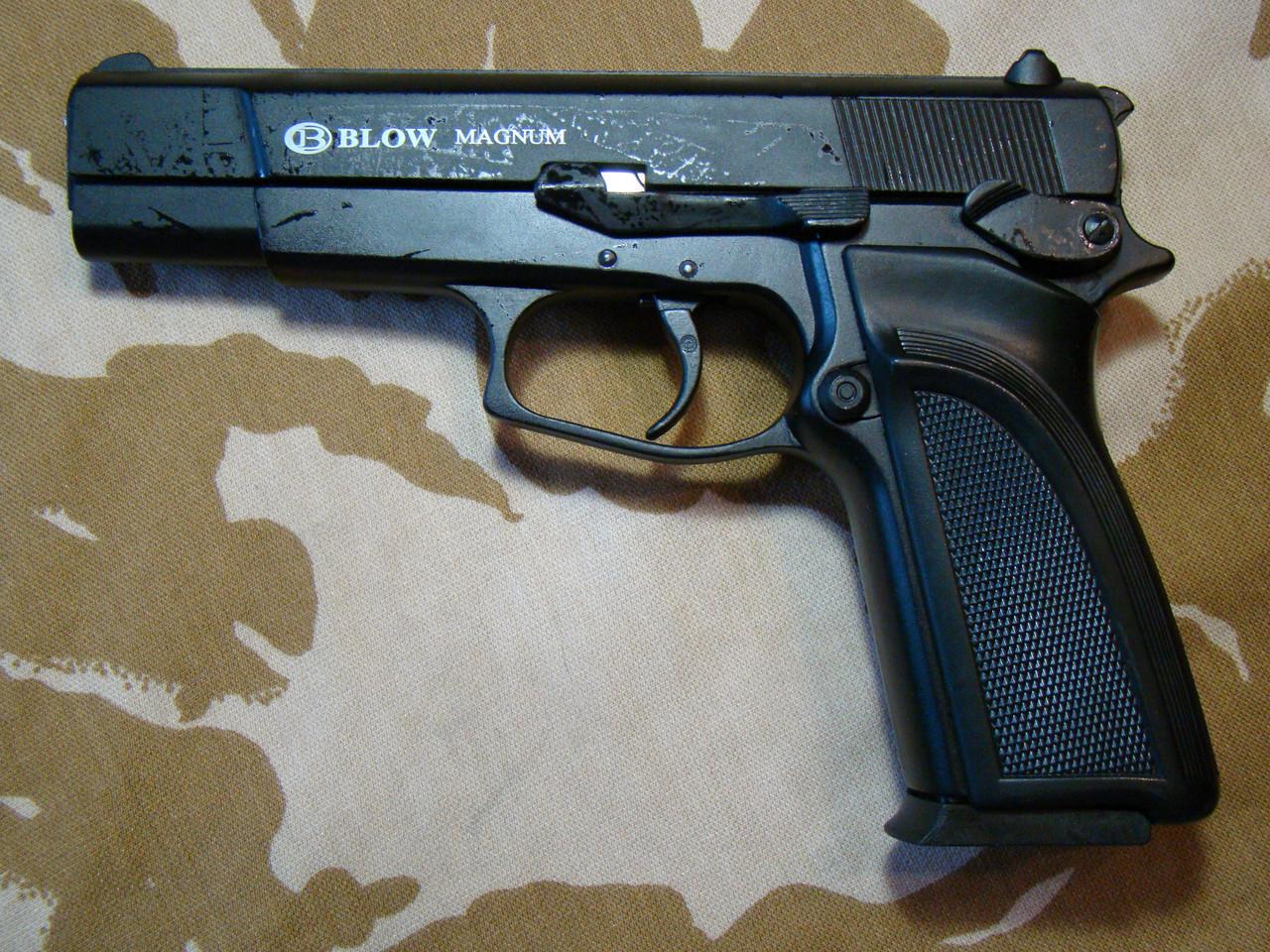 Пистолет стартовый Blow Magnum с дополнительным магазином
