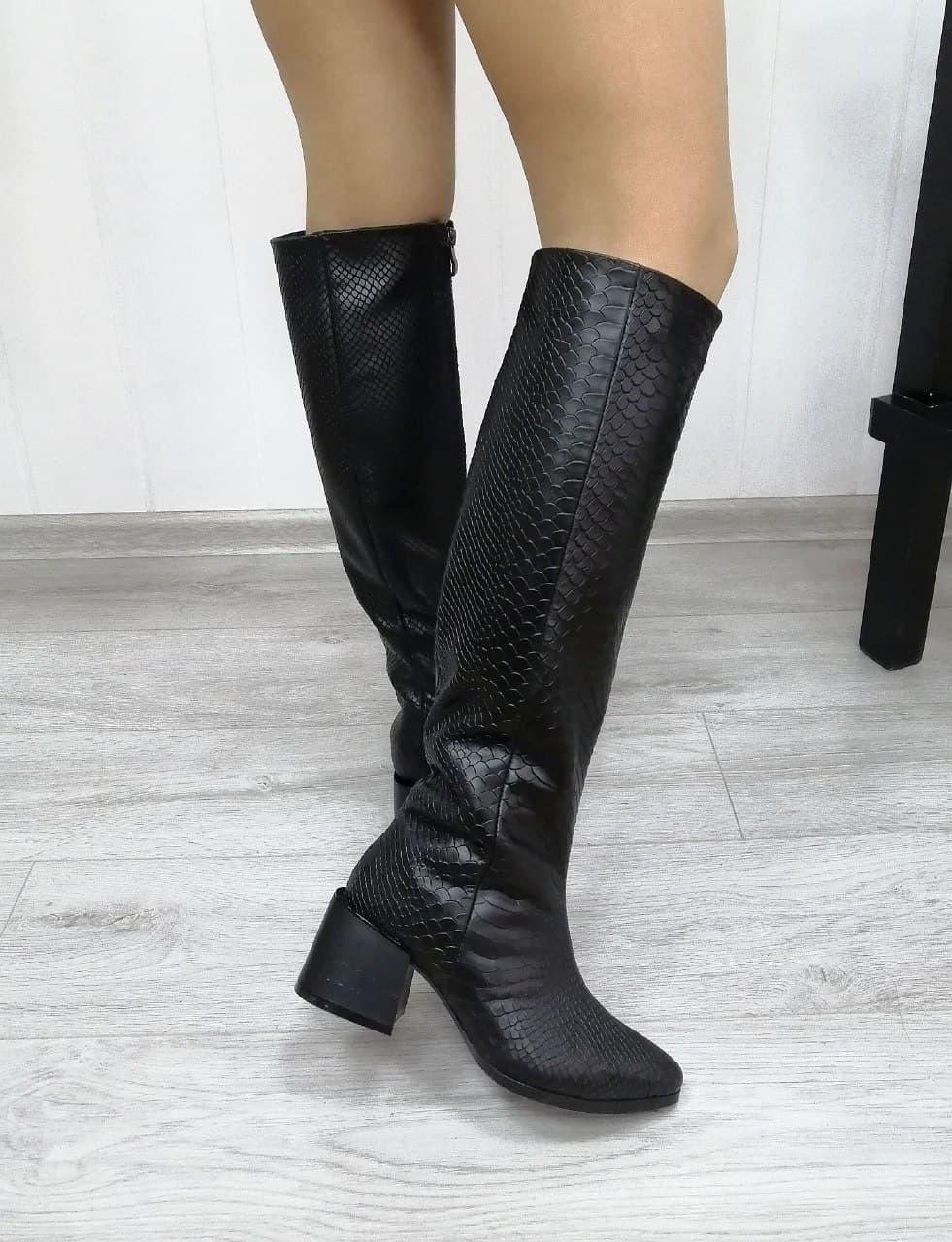 Женские сапоги на каблуке черного цвета