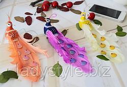 Разноцветные павлины из натуральных перьев