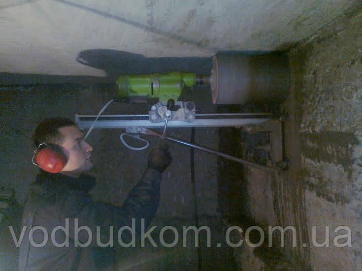 Отвір під каналізаційну трубу методом безударного алмазного буріння свердління