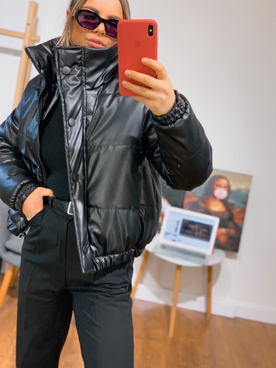 Женская куртка объемная короткая из экокожи с воротником стойкой (р. 42-46) 301579
