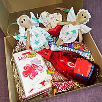 Подарочный набор с Влюблёнными ангелочками , сладостями и напитком. Оригинальный подарок.Коробка 30*24*9 см