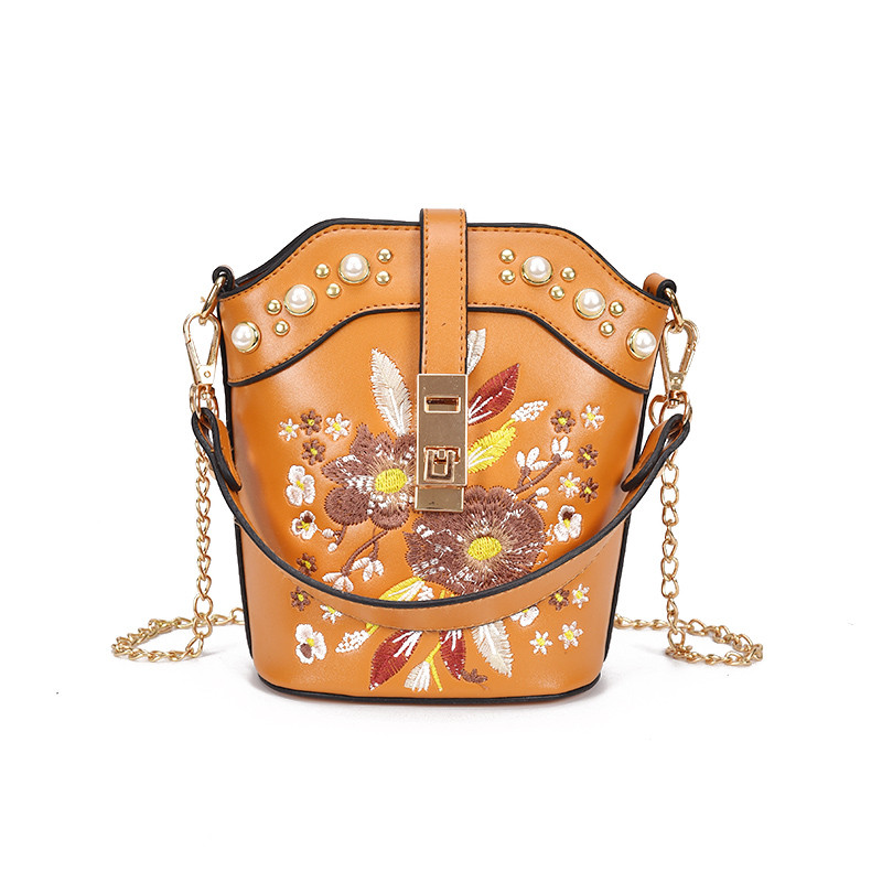 Коричневая сумка с жемчугом и вышивкой