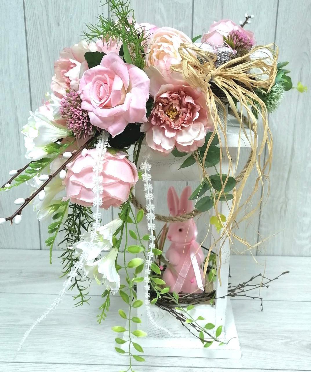 Весняна композиція в деревянному ліхтарі з рожевим зайцем