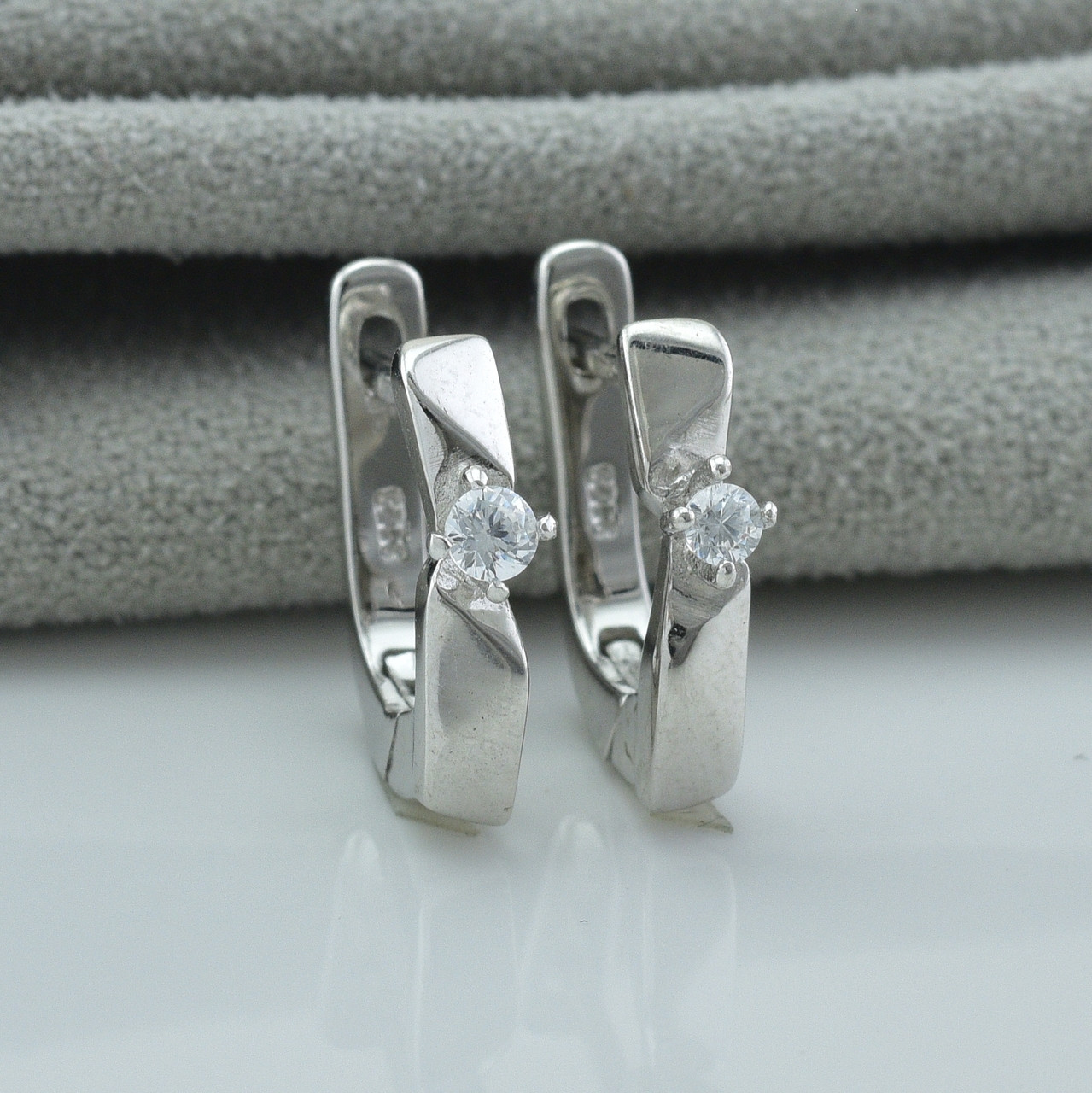 Серебряные серьги вмятинки размер 14х3 мм вставка белые фианиты вес 3.2 г